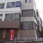 JR宝殿駅より徒歩3分、角地の目立ちやすい場所にある事務所物件。