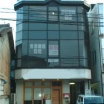 JR土山駅より徒歩2分、明るい室内の事務所物件。