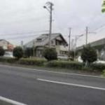 幹線道路沿いに建つ、木造2階建ての店舗付住宅物件。