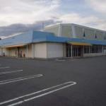 JR姫新線 余部駅近く、県道沿いに建つ大型店舗物件。
