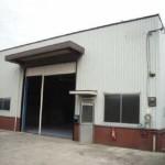 花田町の中心部、事務所付の大型倉庫物件。