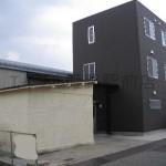 姫路バイパス南インターすぐ、3階建ての事務所物件。