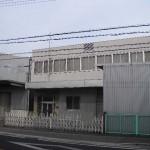 山電 亀山駅より徒歩2分、広々とした大型の倉庫・事務所物件。
