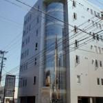 姫路駅近く、ガラス張りの明るい事務所物件。